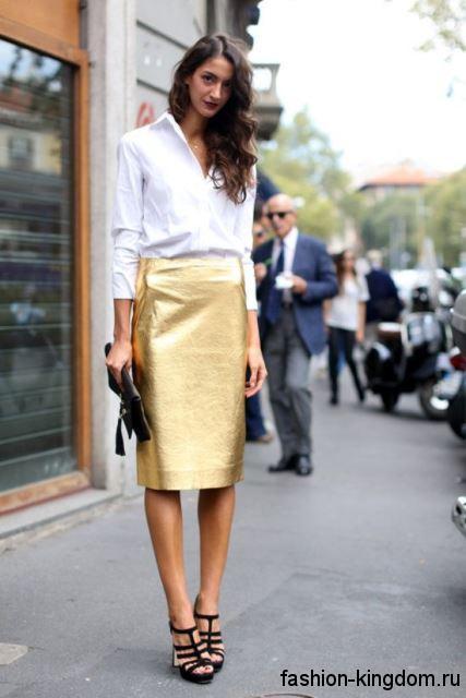 Белая блузка с длинными рукавами, прямого силуэта в сочетании с юбкой-карандаш золотистого цвета и черными босоножками на платформе.