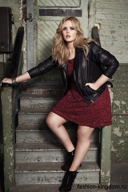 Черная кожаная куртка для полных в сочетании с платьем темно-красного цвета и ботильонами на высоком каблуке.
