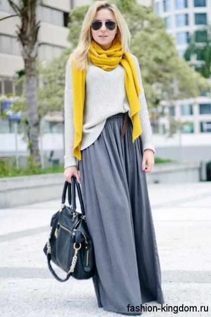 Серая юбка макси свободного фасона на осень в тандеме с вязаным свитером бледно-серого тона и ярко-желтым шарфом.
