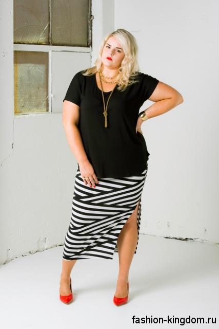 Юбка макси черно-белого цвета в полоску, узкого фасона для полных девушек сочетается с черной блузой и красными туфлями на каблуке.