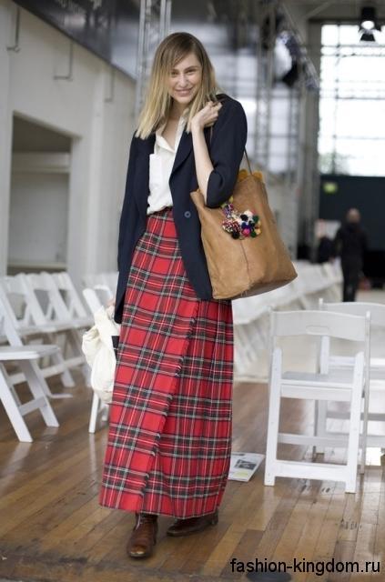 Клетчатая юбка макси красно-черного тона, прямого фасона сочетается с длинным пиджаком черного цвета.