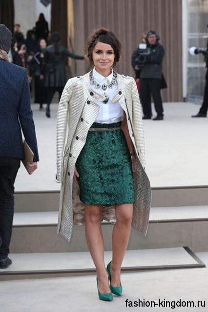 Вечерний образ с белой блузкой с короткими рукавами в сочетании с юбкой-миди изумрудного цвета и туфлями на каблуке.
