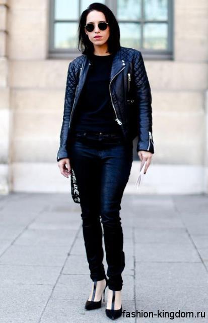 Стеганая кожаная куртка черного цвета дополняется узкими черными джинсами и открытыми туфлями на шпильке.