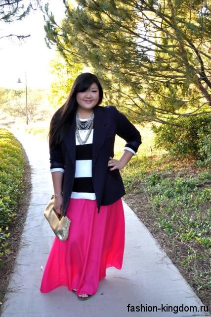 Розовая юбка макси свободного покроя для полных в сочетании с черно-белой блузой и пиджаком черного тона.