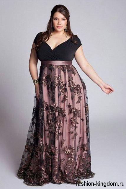 Вечерняя юбка макси для полных женщин, с ажурными вставками и пайетками в тандеме с черной блузкой с короткими рукавами.
