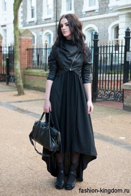 Укороченная кожаная куртка черного цвета с асимметричным низом дополнит черное платье в пол.