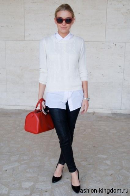 Белая блузка с рукавами три четверти для работы дополняется узкими черными брюками и туфлями на среднем каблуке.