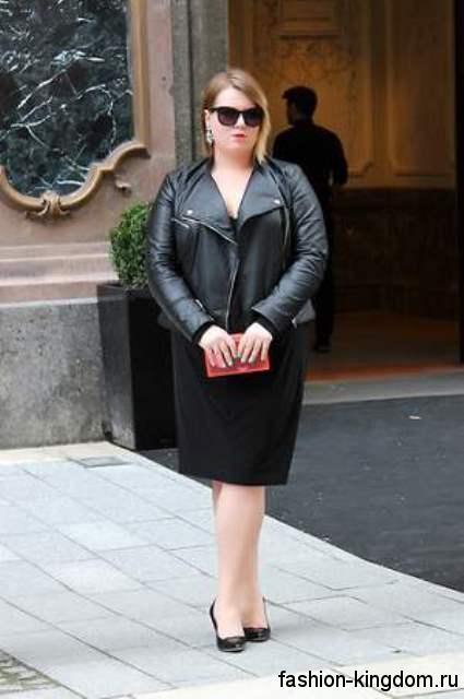 Черная кожаная куртка для полных женщин сочетается с прямым платьем черного тона и туфлями на каблуке.