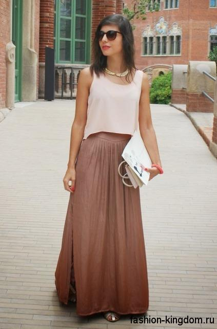 Шифоновая юбка макси цвета капучино, с разрезом до колен в тандеме с блузой бежевого тона без рукавов.