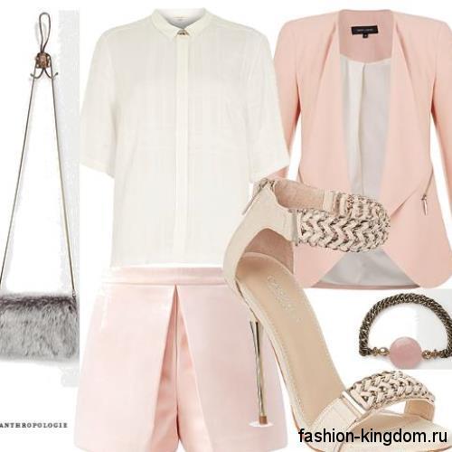 Белая блузка прямого кроя с рукавами до локтей сочетается с пиджаком и шортами персикового цвета.