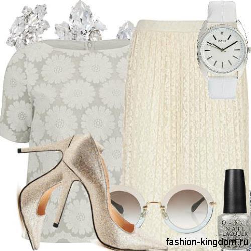 Белая блузка с короткими рукавами и ажурными вставками в тандеме с юбкой-миди молочного цвета и серебристыми туфлями на каблуке.