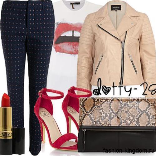 Стеганая кожаная куртка бежевого цвета сочетается с черными брюками в горошек и красными босоножками на каблуке.