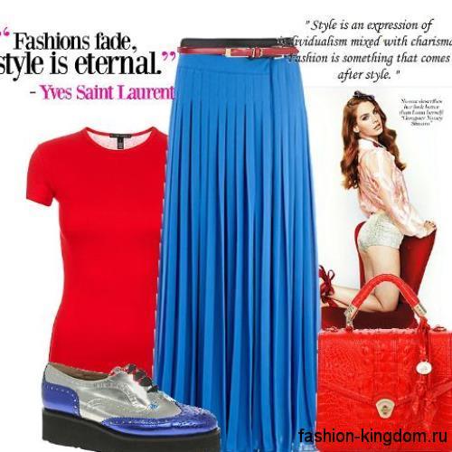 Плиссированная юбка макси синего цвета в сочетании с футболкой красного тона и туфлями на платформе.