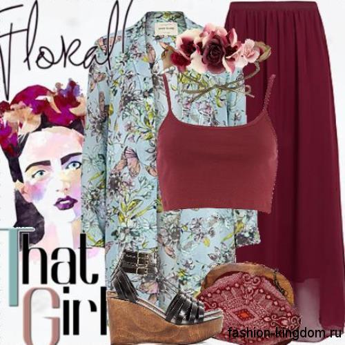 Шифоновая юбка макси бордового цвета сочетается с длинным пиджаком голубого тона с цветочным принтом и босоножками на платформе.