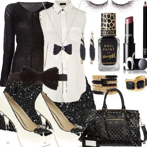 Длинная белая блузка без рукавов для вечернего образа сочетается с юбкой-мини черного цвета с пайетками и белыми туфлями на шпильке.