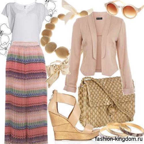Разноцветная длинная юбка-плиссе с полосатым принтом дополняется коротким бежевым пиджаком и белым топом.