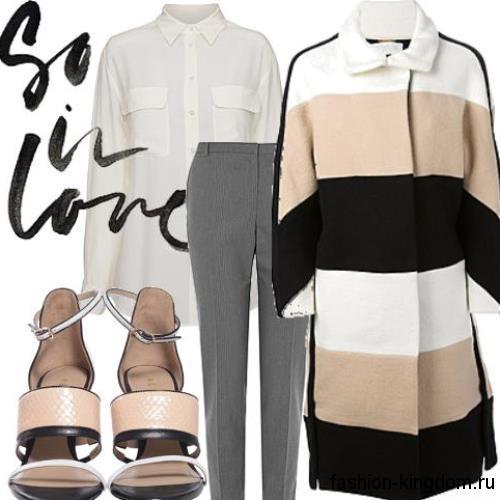 Классическая белая блузка с длинными рукавами в сочетании с серыми брюками и демисезонным пальто в полоску.