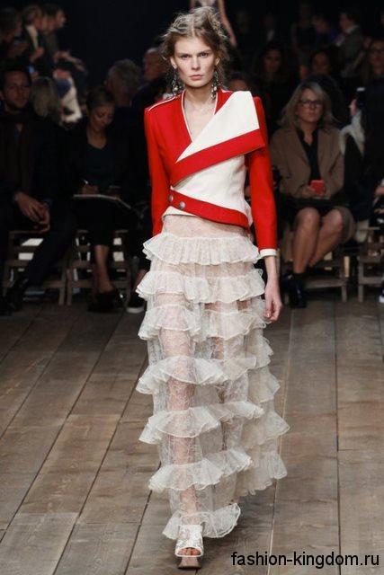 Гипюровая юбка макси белого цвета с оборками в сочетании с кожаной асимметричной курткой красно-белого тона от Alexander McQueen.