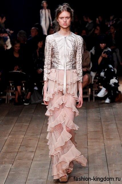Гипюровая юбка макси бежевого цвета, с оборками в сочетании с курткой серебристого тона из коллекции Alexander McQueen.