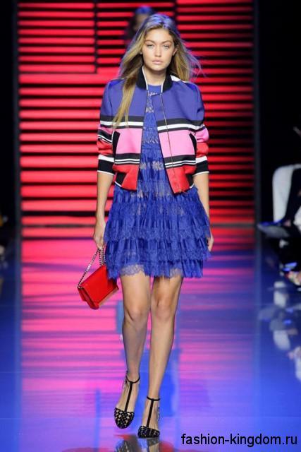 Кожаная куртка синего цвета с красными и розовыми вставками в тандеме с синим платьем из коллекции Elie Saab.
