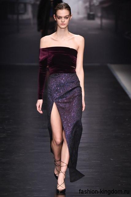 Вечерняя юбка макси темно-фиолетового цвета с высоким разрезом, узкого кроя в тандеме с туфлями на каблуке от Emilio De La Morena.