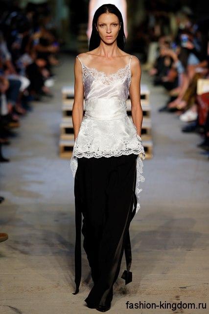Ажурная белая блузка без рукавов, с акцентом на талии в сочетании с черной юбкой в пол из коллекции Givenchy.