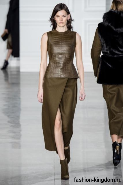 Юбка макси цвета хаки из плотной ткани, с разрезом выше колен в сочетании с кожаным топом из коллекции Jason Wu.