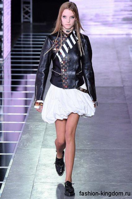 Кожаная куртка черного тона с цветными вставками в тандеме с короткой белой юбкой из коллекции Louis Vuitton.