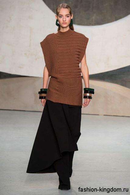 Осенняя юбка макси черного цвета, трапециевидного силуэта в сочетании с вязаной безрукавкой коричневого тона от Marni.
