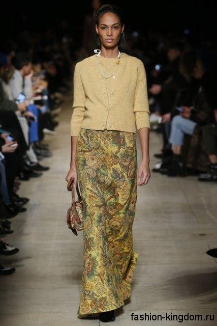 Юбка макси желтого тона с цветочным принтом, из плотной ткани в тандеме с кофточкой светло-желтого цвета от Miu Miu.