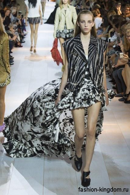 Летняя юбка макси черно-белой расцветки, асимметричного покроя, дополненная оборками из коллекции Roberto Cavalli.