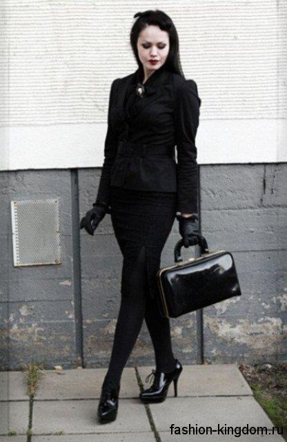 Черная юбка-карандаш в готическом стиле сочетается с жакетом, туфлями на каблуке и аксессуарами черного цвета.