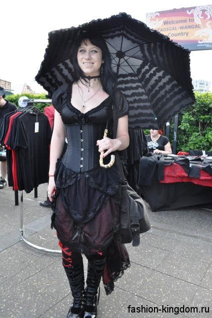Черное платье с корсетным верхом в готическом стиле, длиной выше колен в сочетании с ажурным зонтом черного тона.