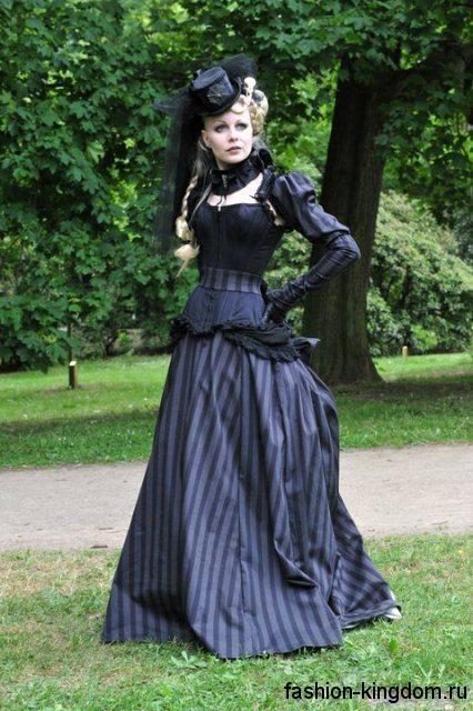Длинное платье черного цвета в полочку в готическом стиле, с корсетным верхом, зауженными рукавами и акцентом на талии.