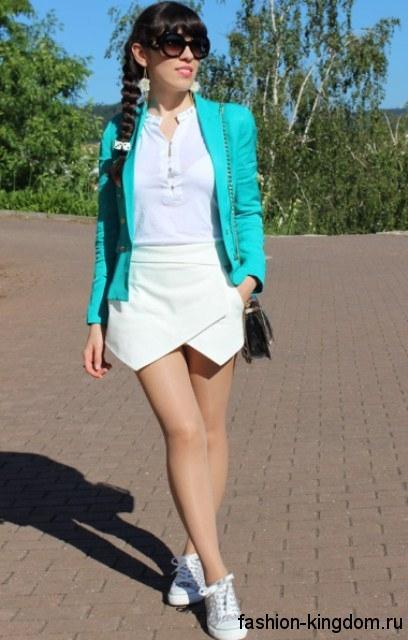 Белое платье-мини и пиджак бирюзового цвета для цветотипа внешности зима.