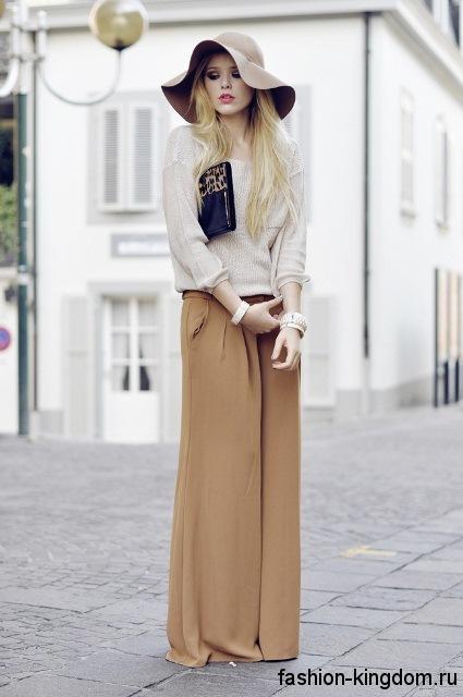 Юбка-макси цвета капучино и кофточка серо-коричневого тона для цветотипа внешности лето.