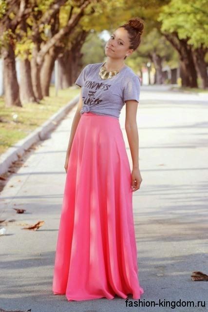 Длинная юбка розового цвета и топ серого тона для цветотипа внешности осень.