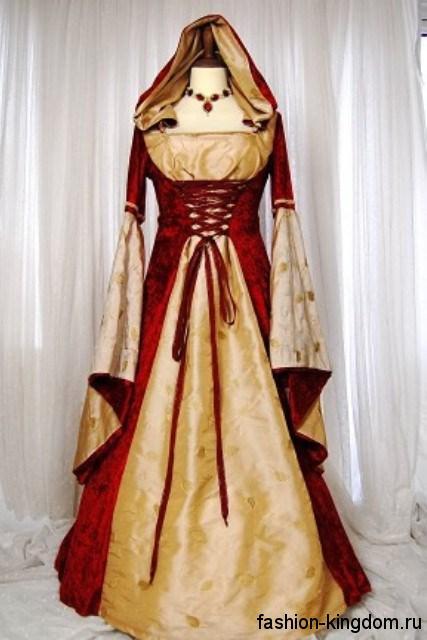 Длинное платье в готическом стиле красно-желтого цвета, с расклешенными рукавами, шнуровкой на талии и капюшоном.