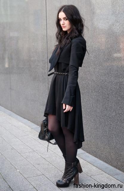 Осеннее платье черного цвета в готическом стиле, с асимметричным низом в сочетании с массивными ботильонами на каблуке.