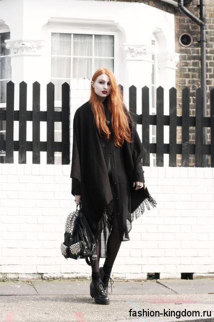 Черное пальто-кейп в готическом стиле дополняется рюкзаком с клепками и массивными ботинками на толстом каблуке.
