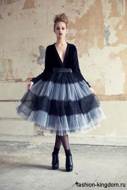 Пышная юбка черно-серого цвета в готическом стиле в сочетании с блузкой с глубоким вырезом и длинными рукавами.