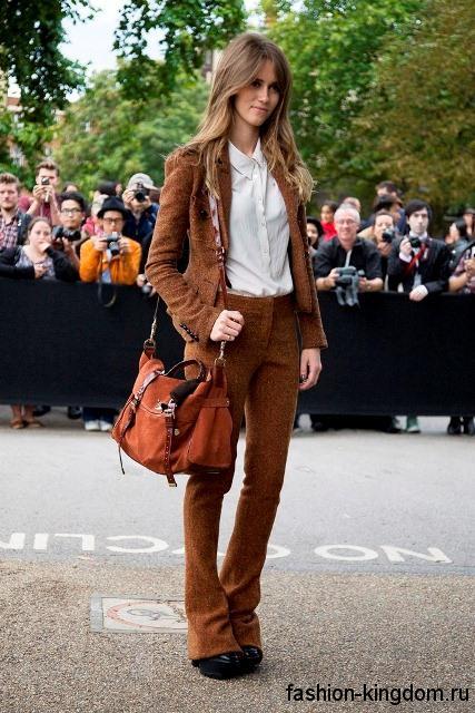 Брючный костюм коричневого цвета и белая блузка для весеннего цветотипа внешности.