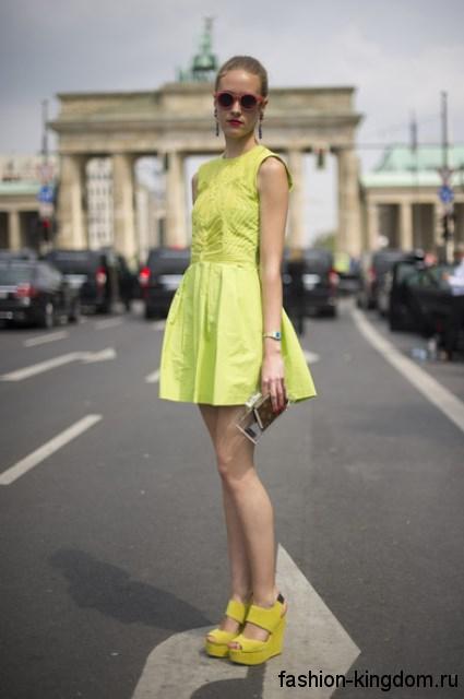 Летнее короткое платье салатового цвета для цветотипа внешности лето.