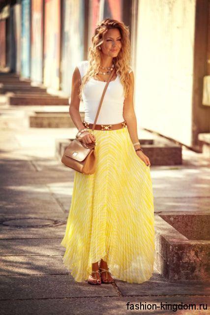 Юбка-макси желтого цвета и майка белого тона для цветотипа внешности осень.