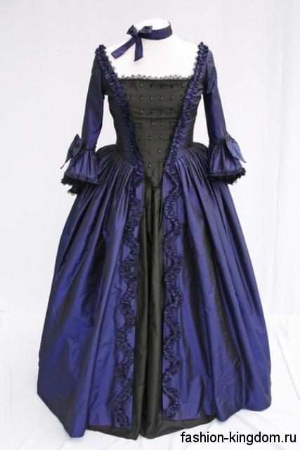 Пышное платье в пол в готическом стиле, черно-синей расцветки, с рукавами три четверти, декорированное рюшами и бисером.