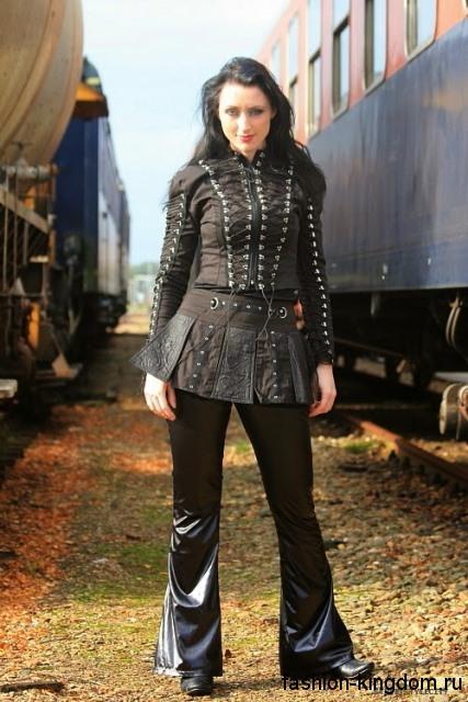Кожаные брюки в готическом стиле, расклешенного кроя гармонируют с кожаной курткой с клепками и шнуровкой.