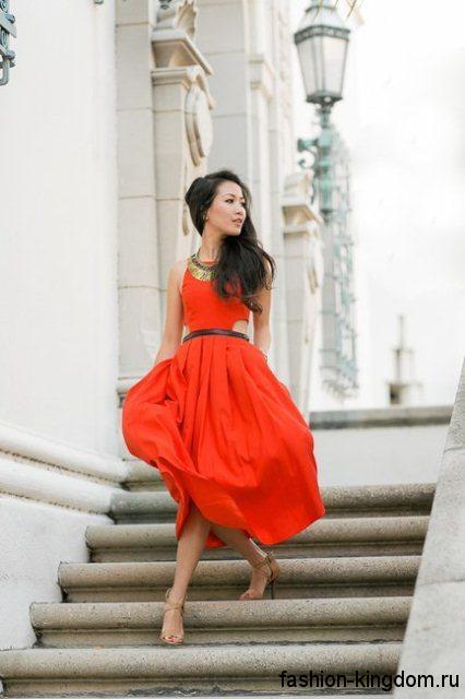 Летнее платье красного цвета длиной миди для цветотипа внешности зима.