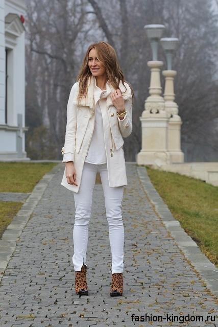 Узкие брюки, блузка и короткое пальто белого цвета для цветотипа внешности весна.