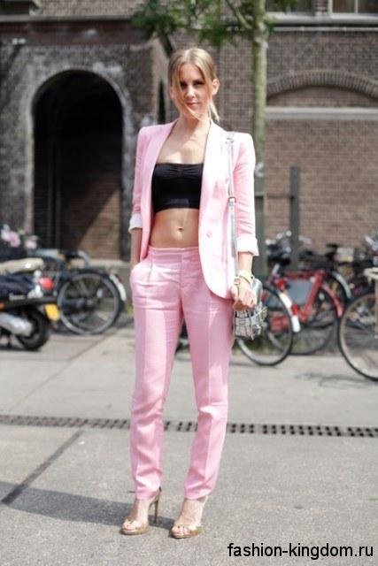 Брючный костюм светло-розового цвета и черный топ для цветотипа внешности лето.
