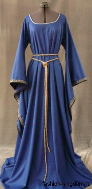Длинное платье синего цвета в готическом стиле, с широкими рукавами, квадратным вырезом и золотистой отделкой.